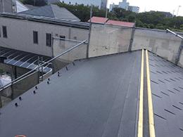 屋根材の設置と貫板と棟鈑金の設置